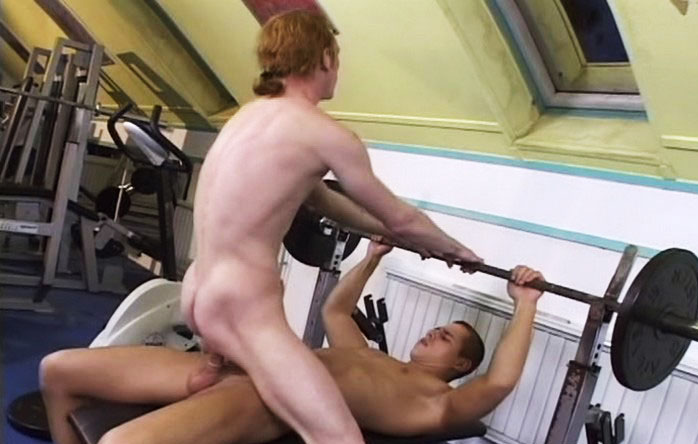 *Video:two sexy dudes having a good fuck while training at the gym