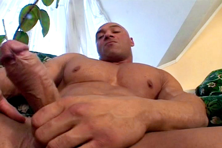 *Video:big tan dude is jerking off on that green couch and cum