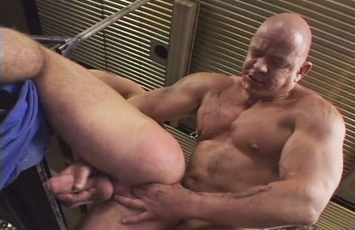 *Video:handsome muscular dilf fuck a very cute muscle stud at work
